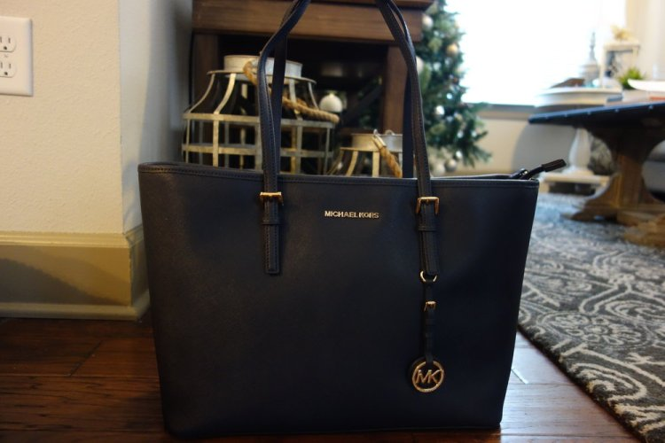 Mom surprised me with a new work bag. She also got me one from Free People, but this one takes the cake, or rather the 100 sugar cookies I ate over Christmas. Perfect navy bag for work or whatever else you may use it for.